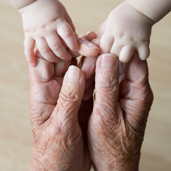 mani-vecchio-e-bambino